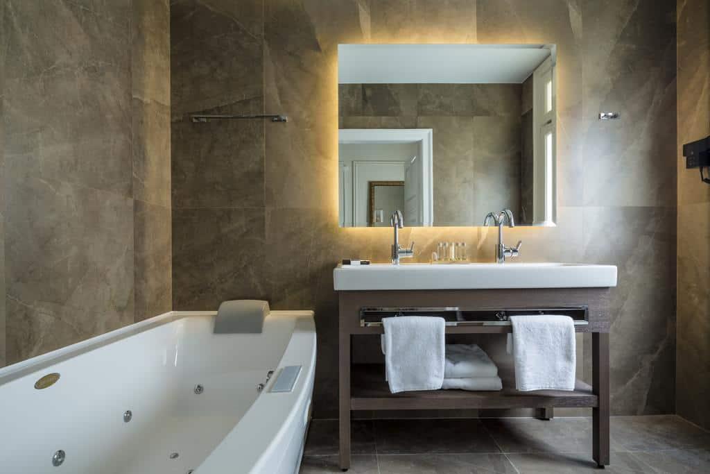 Τα δωμάτια στο 3 Sixty Hotel & Suites έχουν Jacuzzi ή ντουζ με υδρομασάζ